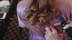 Sposa di mattina Stilista di capelli che lavora ai capelli del ` s della sposa Fine in su video d archivio