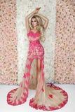 Sposa di modo in ritratto splendido dello studio del vestito da sposa Bella ragazza di modello con trucco nuziale e acconciatura  immagine stock