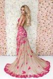 Sposa di modo in ritratto splendido dello studio del vestito da sposa Bella ragazza di modello con trucco nuziale e acconciatura  immagine stock libera da diritti