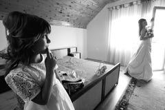 Sposa e la sua sorella fotografia stock libera da diritti