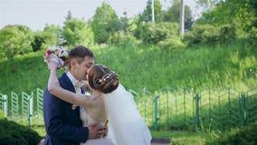 Sposa e sposo ad un parco sul loro giorno delle nozze video d archivio