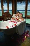 Sposa e sposo adorabili durante il procedur di sogno della stazione termale e della preparazione Fotografie Stock