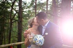 Sposa e sposo al giorno delle nozze immagini stock