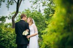 Sposa e sposo all'aperto su un giorno delle nozze Fotografia Stock Libera da Diritti