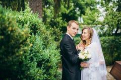 Sposa e sposo all'aperto su un giorno delle nozze Immagini Stock