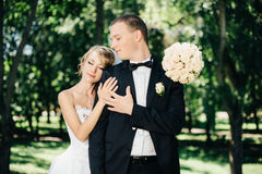 Sposa e sposo all'aperto su un giorno delle nozze in parco Immagine Stock Libera da Diritti