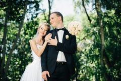 Sposa e sposo all'aperto su un giorno delle nozze in parco Immagine Stock