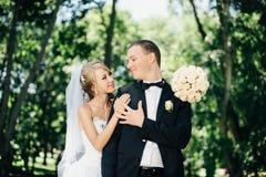 Sposa e sposo all'aperto su un giorno delle nozze in parco Fotografie Stock Libere da Diritti