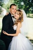 Sposa e sposo all'aperto su un giorno delle nozze in parco Fotografia Stock Libera da Diritti
