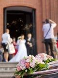 Sposa e sposo alla chiesa Immagine Stock Libera da Diritti