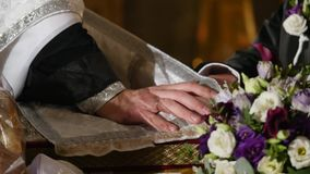 Sposa e sposo alla chiesa durante la cerimonia di nozze stock footage