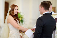 Sposa e sposo alla chiesa durante le nozze Fotografia Stock