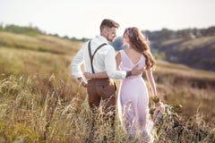 Sposa e sposo che abbracciano alle nozze Immagini Stock