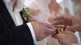 Sposa e sposo che bevono Cahors in chiesa alla cerimonia stock footage