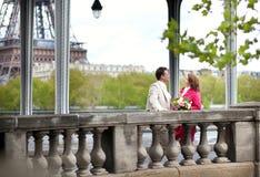 Sposa e sposo che camminano insieme Fotografie Stock Libere da Diritti