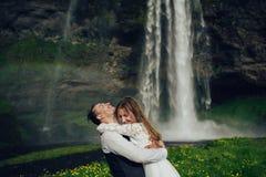 Sposa e sposo che camminano in Islanda Cascata islandese sulla b immagini stock