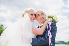 Sposa e sposo che camminano sul fiume Immagine Stock