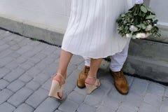 Sposa e sposo che camminano sulla città Fotografia Stock Libera da Diritti