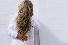 Sposa e sposo che camminano sulla città Immagine Stock Libera da Diritti