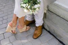 Sposa e sposo che camminano sulla città Fotografie Stock