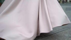 Sposa e sposo che camminano in una città al giorno nuvoloso piovoso Centro della città europea Persone appena sposate che vanno s video d archivio