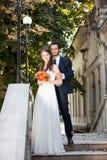 Sposa e sposo che esaminano la macchina fotografica Fotografia Stock