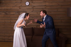 Sposa e sposo che gridano ad a vicenda immagine stock libera da diritti