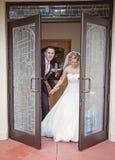 Sposa e sposo che lasciano chiesa Fotografia Stock