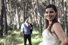 Sposa e sposo che posano nel legno fotografie stock libere da diritti