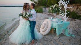 Sposa e sposo che posano vicino al mare archivi video