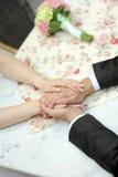 Sposa e sposo che si siedono alla Tabella Fotografia Stock
