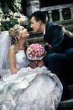 Sposa e sposo che si siedono sulla scala. fotografie stock