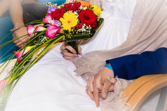 Sposa e sposo che si tengono per mano durante la cerimonia di nozze Fotografia Stock Libera da Diritti