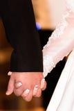 Sposa e sposo che si tengono per mano durante la cerimonia di nozze Immagini Stock Libere da Diritti