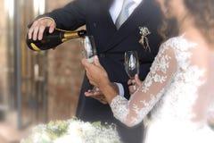 Sposa e sposo che tengono i vetri con champagne durante le nozze Fotografia Stock Libera da Diritti