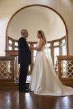 Sposa e sposo in chiesa. Immagini Stock