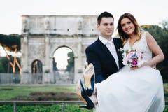 Sposa e sposo con & x27; Appena Married& x27; scritto sulle suole di scarpa, Arco Fotografie Stock Libere da Diritti