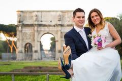 Sposa e sposo con & x27; Appena Married& x27; scritto sulle suole di scarpa, Roma Immagini Stock