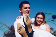 Sposa e sposo con & x27; Appena Married& x27; scritto sulle suole di scarpa, Roma Fotografia Stock