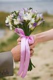 Sposa e sposo con il mazzo di cerimonia nuziale Fotografia Stock Libera da Diritti
