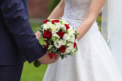 Sposa e sposo con il mazzo nuziale Fotografia Stock Libera da Diritti