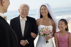 Sposa e sposo con la famiglia all'oceano Fotografia Stock