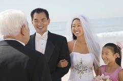 Sposa e sposo con la famiglia dall'oceano Fotografie Stock