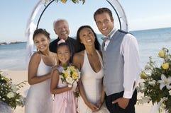 Sposa e sposo con la famiglia sulla spiaggia (ritratto) Fotografia Stock