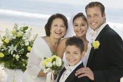 Sposa e sposo con la madre ed il fratello all'aperto (ritratto) Fotografie Stock Libere da Diritti