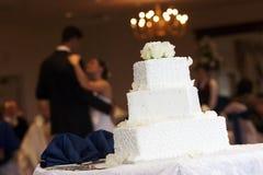 Sposa e sposo con la torta di cerimonia nuziale Fotografia Stock