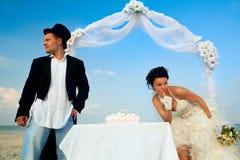 Sposa e sposo con la torta di cerimonia nuziale Immagine Stock Libera da Diritti