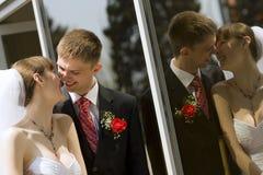 Sposa e sposo dallo specchio esterno Fotografie Stock Libere da Diritti