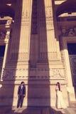 Sposa e sposo davanti ad una grande costruzione Immagine Stock Libera da Diritti