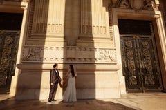 Sposa e sposo davanti ad una grande costruzione Fotografie Stock